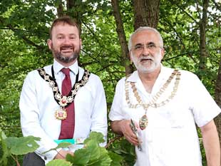 Mayor of Hounslow, Cllr Tony Louki and Deputy Mayor of Richmond, Cllr James Chard cut the vine to open the Duke's River Path