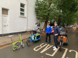 Jeremy Vine and Winston, London Bike Hub, training up some of the flower market volunteers.