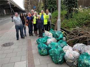 Cllr Curran in Brentford for  the Great British Spring Clean campaign